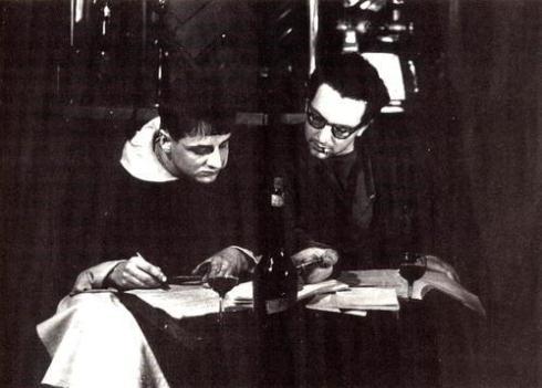 Ο Μισέλ Μουρ και ο Σερζ Μπερνά στο καφέ Mabillon μια μέρα πριν το Σκάνδαλο. Ο Μουρ γράφει στο βιβλίο του «Παρά το Σκάνδαλο» πως γράφουν το λόγο που θα διαβάσει την άλλη μέρα